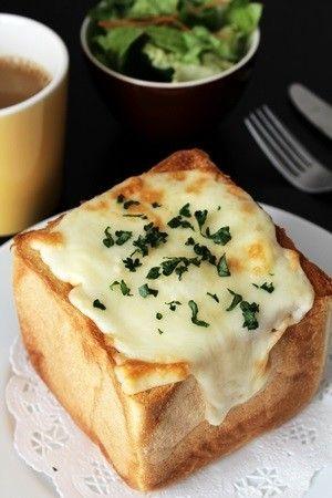 厚切り食パンの中にグラタンを詰めるだけの簡単レシピです。休日の朝、おうちカフェをしましょう♪