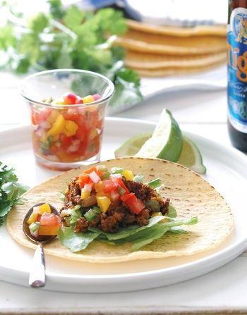 トルティーヤにお肉や野菜を乗せて食べるタコス。メキシコ料理の定番ですね!自分の好みに合わせた具を挟んで作るタコスは、パーティーにはぴったりのレシピです☆