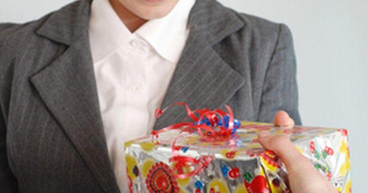 """Regalos de agradecimiento para tu jefe. Peggy Post, autora de """"Las ventajas de la etiqueta en los negocios, por Emily Post"""", (""""Emily Post's The Etiquette Advantage in Business""""), insta a los empleados a abstenerse de """"dar a un supervisor un regalo que es justamente tuyo"""". Más bien, lo que debes hacer es colaborar con otros compañeros de trabajo y presentar un regalo en grupo, ya que los ..."""
