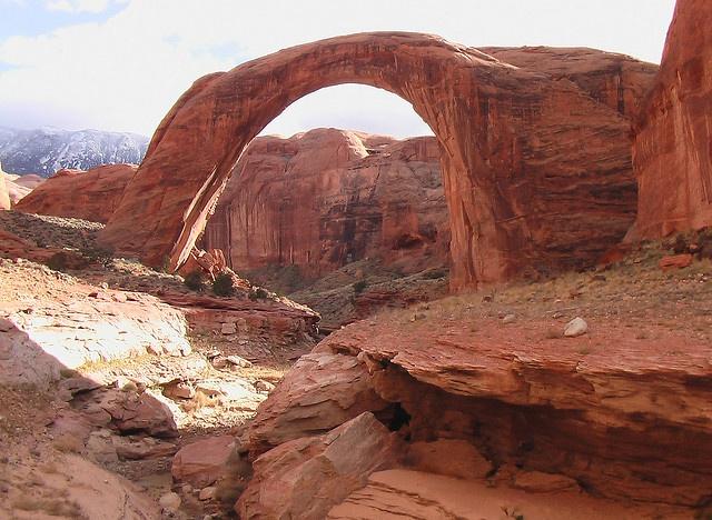Acceder al Arco del Arco Iris sólo es posible en barco, atravesando parte del Lago Powell. Se encuentra entre los estados de Arizona y Utah, y es parte de una concurrida zona de esparcimiento generada a partir de la construcción de una represa.