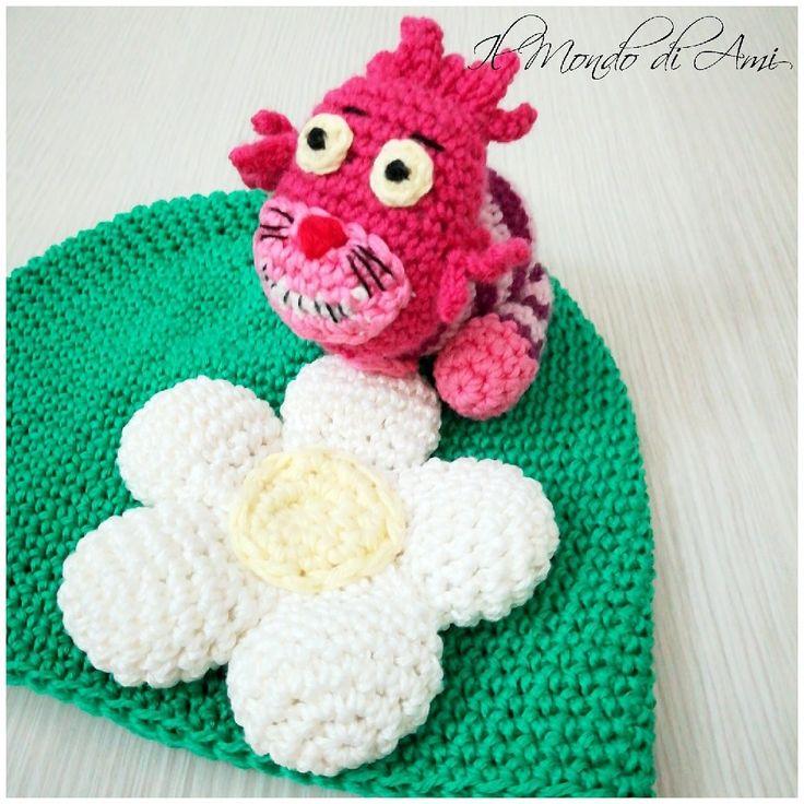 The cheshire hat 🐈 #alicenelpaesedellemeraviglie #aliceinwonderland #stregatto #cheshirecat #amigurumi #handmade #crochet #fattoamano #uncinetto #disney #portachiavi #keyring #filato #berretto #hat #cotton #ganchillo #primavera #spring
