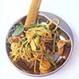Kip met noedels, asperges en peultjes