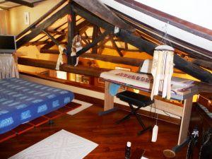 dal soggiorno si accede ad un soppalco rifinito in parquet con un letto matrimoniale.