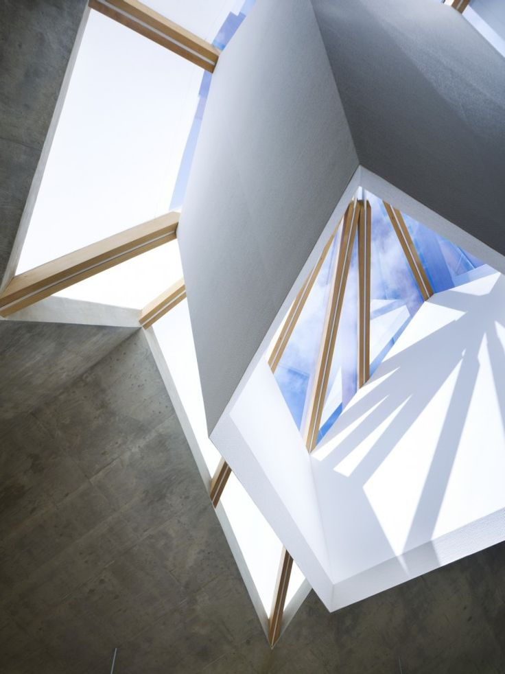 "Looking up at the ""skylight"".  Mecenat Art Museum / naf architect & design"