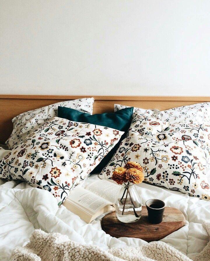 floral pillows.