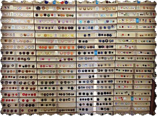Per triar i remenar!!!! Segur que aquí hi trobes el teu botó  #botons #boto #varietat #aramateix #merceria #calella #momentsdefelicitat