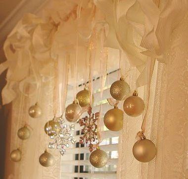 Accrochez des boules de Noels sur les rideaux des fenetres
