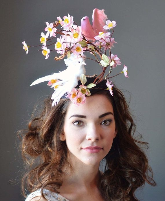 This whimsical bird hat is ready for the races! All you need is an amazing dress & youll be all set to go : )  This attaches with an elastic