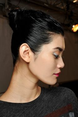 Focus trend: cocul umed. #beautysalon #beautydistrict #victoria46 #beautyarticles #hairstyle #bun http://bit.ly/1fl08nf