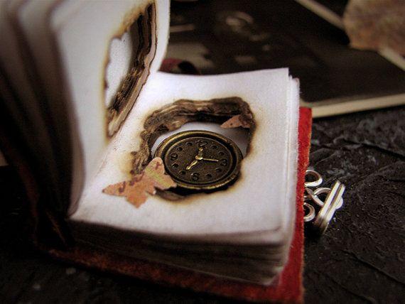 Memories. Pendente libro. Collana orologio. Libro di ArteNascosta