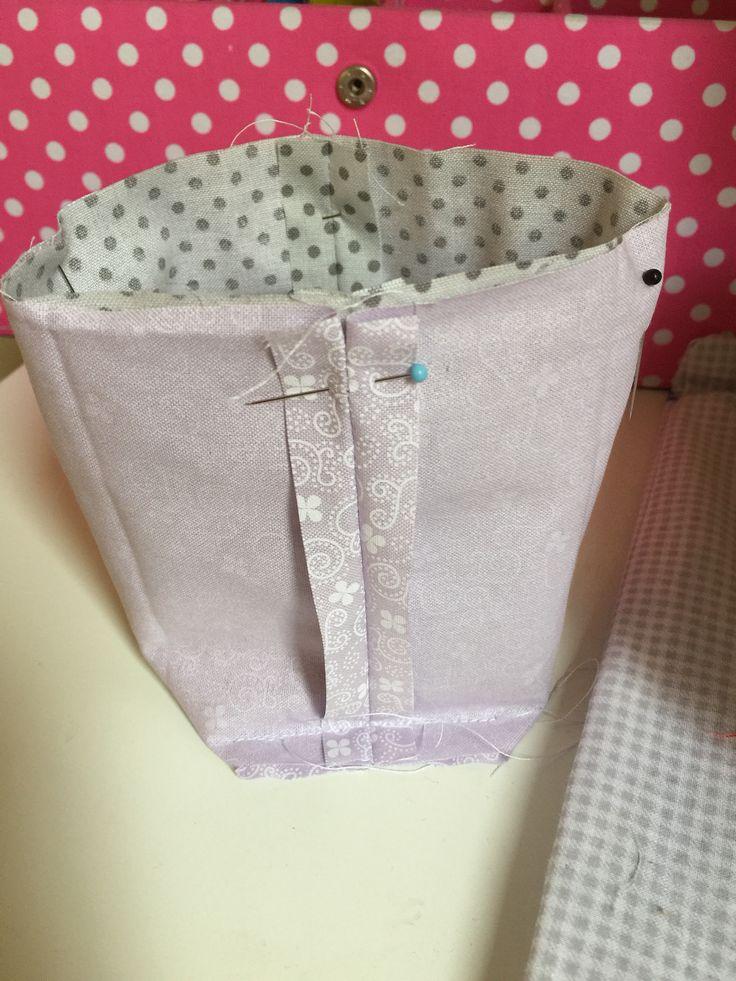 Un piccolo progetto di cucito per principianti come me, segui le istruzione e le immagini per creare due bellissimi e utilissimi cestini di tessuto in soli 20 minuti.