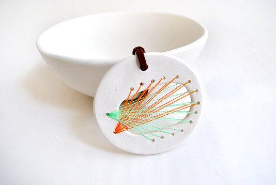 Round White Ceramic String Art Pendant in Orange di Barruntando