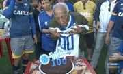 src=Xhttp://s01.video.glbimg.com/180x108/5966116.jpg> TV Cruzeiro - Torcedor do Cruzeiro comemorou 100 anos de idade na Toca da Raposa II Xhttp://sportv.globo.com/videos/cruzeiro/v/tv-cruzeiro-torcedor-do-cruzeiro-comemorou-100-anos-de-idade-na-toca-da-raposa-ii/5966116/