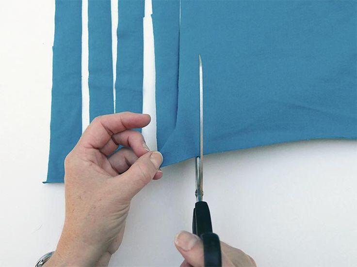 Teppich aus alten T-Shirts und Laken häkeln: Stoff in Streifen schneiden
