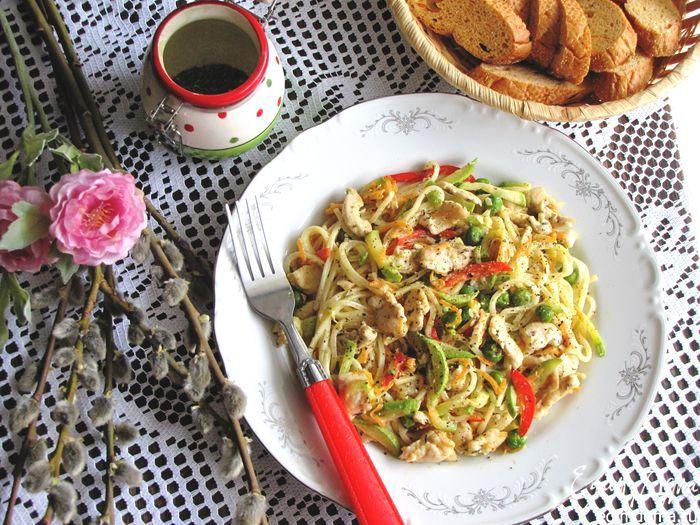 Спагетти «Примавера» По-итальянски «примавера» означает весна! Давайте приготовим легкое итальянское блюдо с курицей и весенними овощами — кабачками, сладким перцем, зеленым горошком и морковью. #едимдома #готовимдома #рецепты #кулинария #домашняяеда #паста