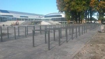 GroundLevel | Fietsnietjes model SPAN900 voor IJsstadion Thialf. #straatmeubilair #fietsparkeren #custommade #thialf