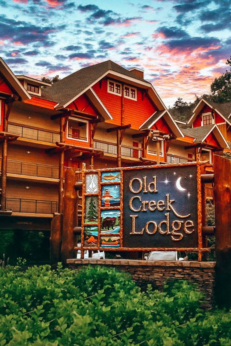 Old Creek Lodge In Gatlinburg Rests On The Banks Of The River And Offers A Fantastic Downtown Location Gatlinburg Hotels Downtown Gatlinburg Hotels Gatlinburg