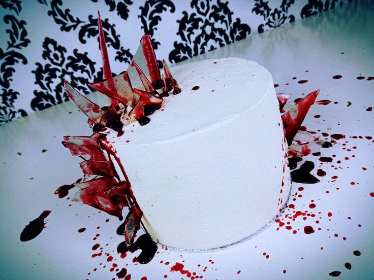 Happy Halloween! The Broken Glass Cake! Und wieder geht es blutig zu in meiner Backstube. Ich weiß, etwas zu spät für Halloween… aber diesmal handelt es sich um eine Geburtstagstorte für einen wahren Horror Fan!!!