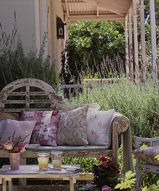 Very shabby chic. Repinned by www.claudiadeyongdesigns.com and at www.thegardenspot.co.uk