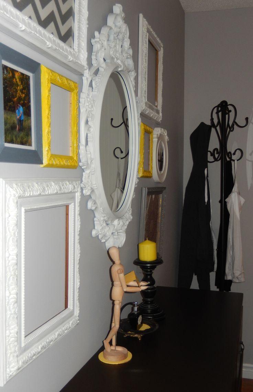 Chambre des maîtres décoration blanche, jaune, grise et noire, jaunes, montage de cadres vintage, pathère noire / Master bedroom deco white, yellow, gray and black, vintage frames montage, black pathere