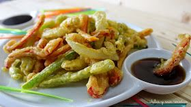 La tempura es la masa con que se rebozan los vegetales, pescados y aves para freírlos , pero también el conjunto de esos platos que se e...