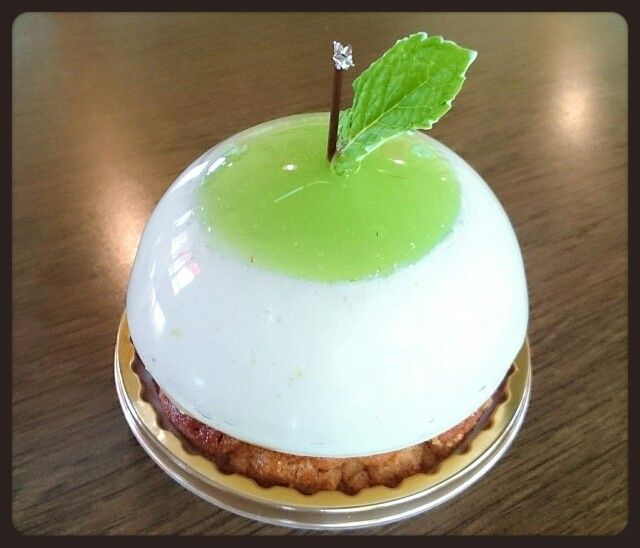 ポンム・ヴェール                                       ¥432(400)   みずみずしい青りんごのお菓子!!ゼリー、ムース、中にはコンポート。 土台に  シュトロイゼルの、サクサクさがくせになる(*´∇`*)
