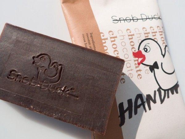http://mikk.ro/cZ4 HAND MADE CHOCOLAT SHOP Χειροποίητο σαπούνι από τη λήψη μέχρι τη συσκευασία, με αγνά υλικά και μοναδικό design. Νιώστε τη διαφορά... Τα Snob Duck σαπούνια διατίθενται σε περιορισμένες ποσότητες.