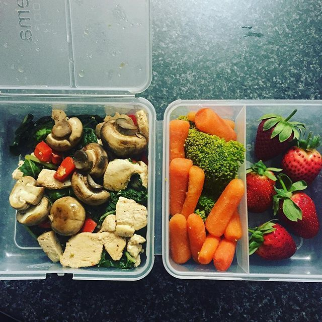 @coconutcrunches tagged me for #whatsonyourplate so I decided I will show you guys what I have in for work today 😄 tagged girls, #whatsonyourplate • • #cleaneating #fitnessjourney #weightlossjourney stirfry spinat strawberry strawberries carrot carrots broccoli chicken mushroom tomato spinach