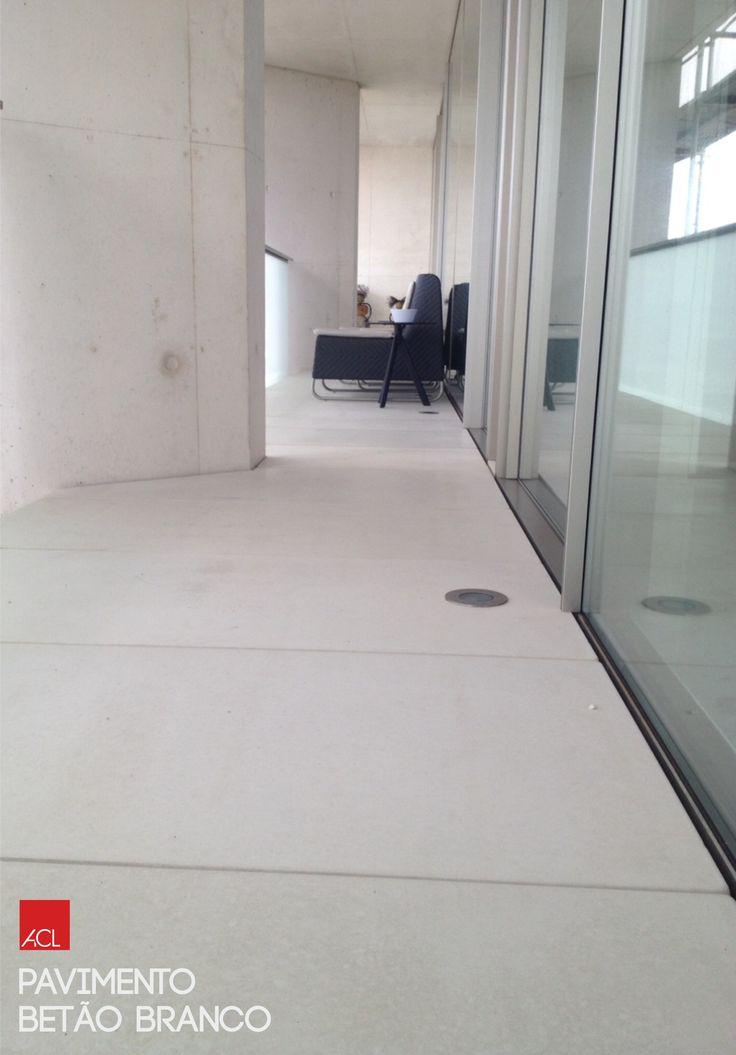 Pavimento de betão branco  -- White Concrete Flooring  #acl #aclouro #acimenteiradolouro #cimenteira #pavimentodebetao #obrarealizada #concreteflooring #workdone #arquitectura #architecture #architektur