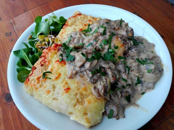 Pyszny pomysł na obiad -naleśniki z ziemniakami,serem i sosikiem pieczarkowym,mniam...   Dobrze się sprawdzą jeśli potrzebujemy obiad...