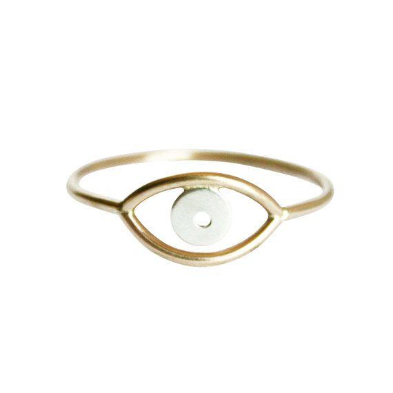 Deze aanbieding is voor een dunne gouden Evil Eye Ring. Sommige dragen het afweren kwaad, anderen kunnen omdat ze zeggen dat ogen zijn het venster naar de ziel. Het ontwerp van de gemengde metalen ring is gespannen en uniek. Minimale nog kunnen sommige hoofden draaien. Perfect voor de dagelijkse look. Vind meer delicate ring ontwerpen in de shop!  ~ Gemaakt met gouden vulling en sterling zilver of massief 14K goud en zilver. ~ Eye lengte: 11mm (bij benadering). ~ Eye breedte: 6mm (bij…