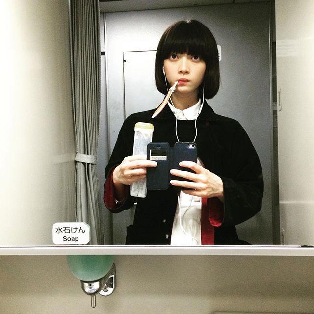 田中真琴 新幹線乗ると無意味に歯磨きしたくなるあるある。 後ろのカーテン閉め忘れすいません。