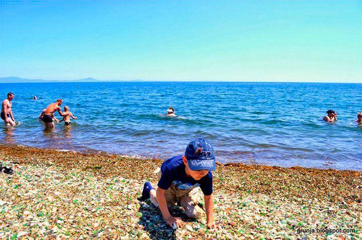 Des Russes ont jeté des bouteilles de vodka et de bière vides, l'océan les a transformées en «galets» de verre colorés.