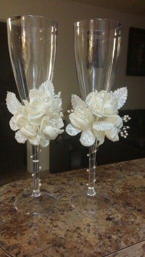 Sencilla decoración de copas para el brindis de los novios.