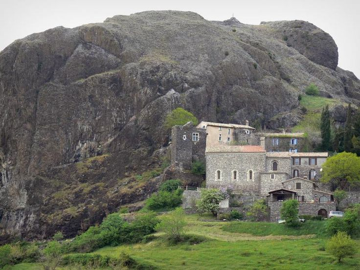 Sceautres: St. Stephen kerk, dorpshuizen en nek Sceautres (basalt rots) - France-Voyage.com