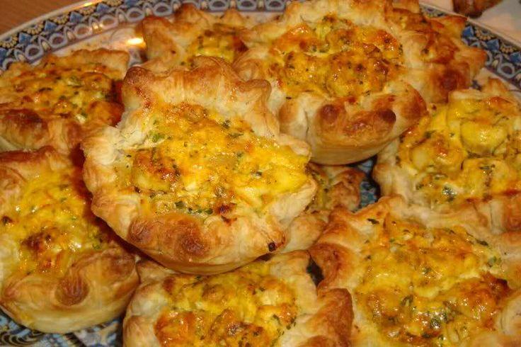 Deze mini quiches met kip en feta zijn zo lekker, ik maak ze elk jaar met de ramadan. Je kunt ze ook koud eten, dan zijn ze ook heerlijk. Het recept heb ik van mijn virtuele vriendin Zahira