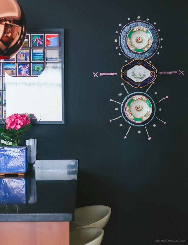 Cozinha com parede de tinta lousa possibilitou as intervenções da moradora usando giz colorido e  pratos antigos.