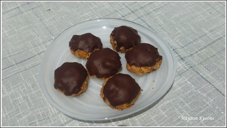 Cevizli Çikolatalı Kurabiye, kahvenizin yanında çok iyi gidecek: http://hayatinkivami.blogspot.com/2017/05/incirli-cikolatali-kurabiye.html