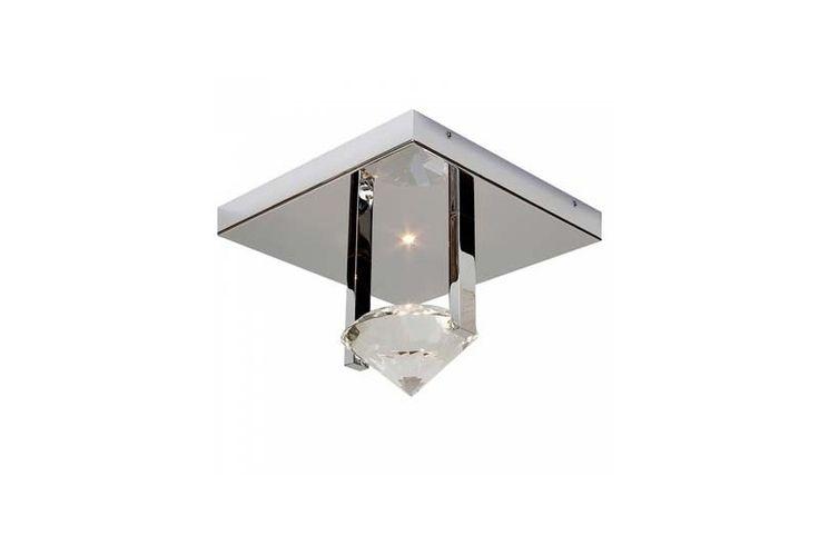 Plafoniera din imagine folosește cristalul supradimensionat în formă de diamant pentru o lumină cu sute de reflexii diferite. Din colecția Modern by Atas Lighting