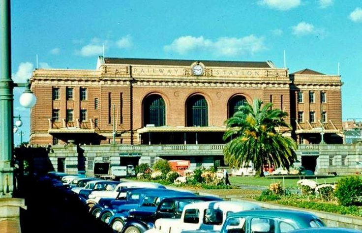 Bill ✔️ 1950s. Auckland Railway Station was actually a popular postcard scene!     Bill Gibson-Patmore.  (curation & caption: @BillGP). Bill✔️