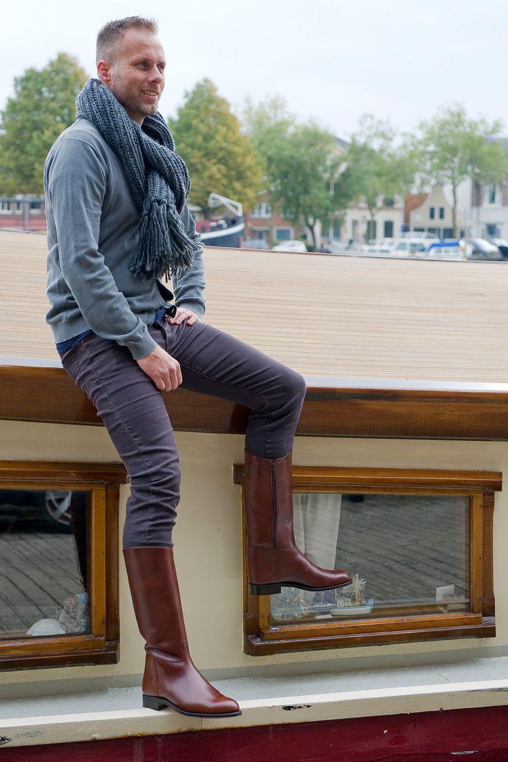 De Lucas Marron is een stijlvolle mannenlaars uitgevoerd in bruin kalfsleer. De fijne rits aan de binnenzijde van de schacht en de lussen binnenin de laars vergemakkelijken het aantrekken. #Bootsandwoods