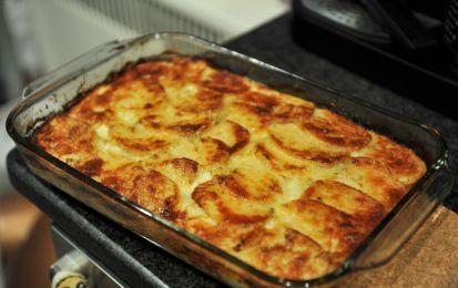 Patate al forno al parmigiano - Ecco il contorno ideale: speciali patate cotte al forno con panna e parmigiano, perfette per accompagnare piatti di carne e pesce.