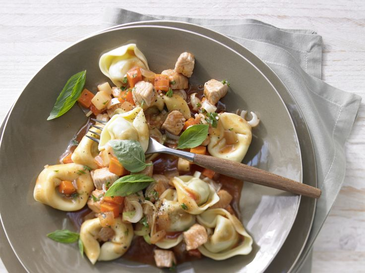 Tortellini mit Putensauce - und Suppengemüse - smarter - Kalorien: 307 Kcal - Zeit: 45 Min. | eatsmarter.de