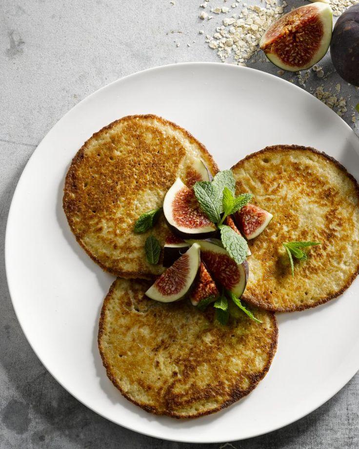 Havermoutpannenkoeken zijn een gezonde versie van de gewone en heerlijk als ontbijt. Serveer ze met verse vijgen in de herfst of met ander seizoensfruit.