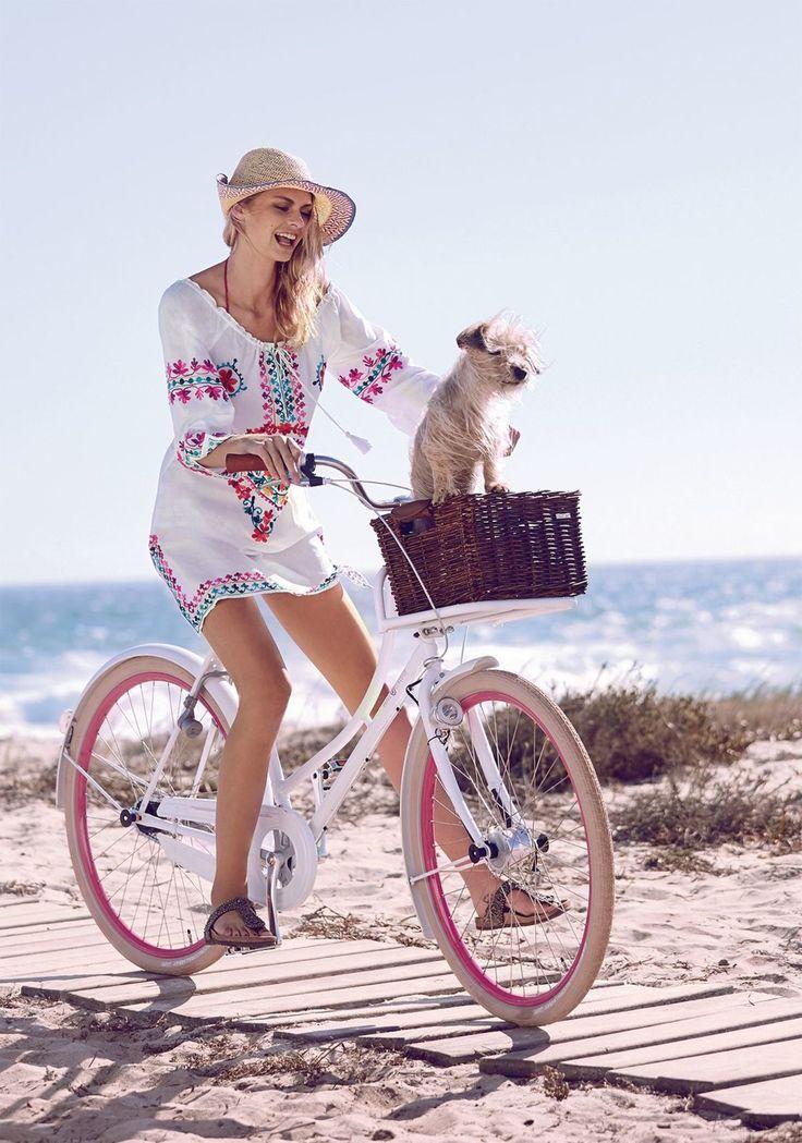 Auf geht es zum Picknick: Im Ethno-Look, aufwendig und farbenfroh bestickt, ausgestellt geschnitten, mit Tunnelzug und Bindekordel am variierbaren Carmenausschnitt und seitlichen Schlitzen am Saum.