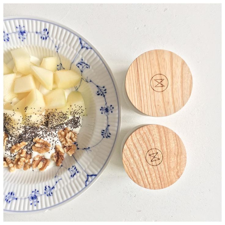 Vitamin D boost - Oatmeal topped with apples, chia seeds and walnuts. Add your personalized NJORD supplements for extra niceness.  What time of the day do you take your supplements?