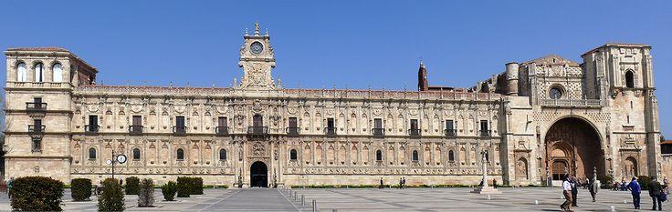 Vista completa de la fachada de San Marcos de León, Camino de Santiago