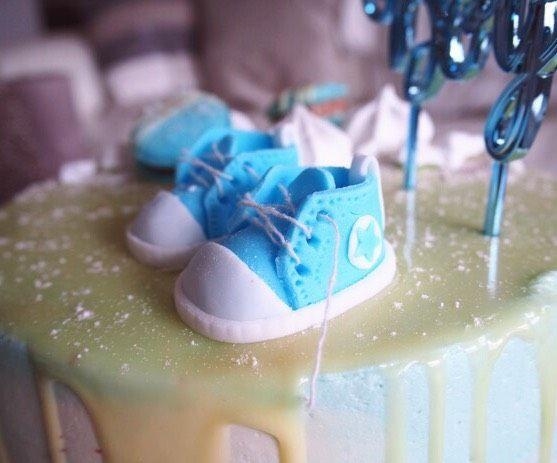Vauvan kengät sokerimassasta.