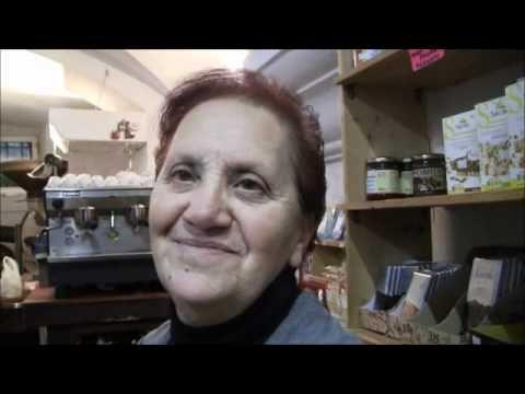 Un video in cui intervistano comemrcianti e clienti a genova per sapere come festeggiano l'Epifania.
