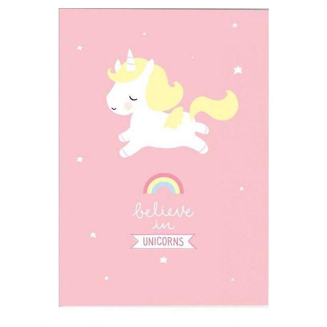 <p>Grande affiche Licorne sur fond rose avec une jolie licorne blanche et son arc-en-ciel et le message Believe in unicorns ( crois aux licornes), design A little lovely company. On aime ce joyeux dessin et ces couleurs douces qui apporteront une touche lumineuse à votre intérieur !</p> <p><em><br /></em></p> <p><em><br /></em></p>